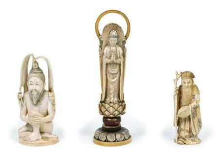 Japon, époque Meiji (1868-1912)Lot de trois ivoires sculptés représentant une divinité assise a