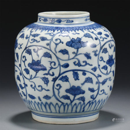 A SMALL CHINESE BLUE AND WHITE PORCELAIN FLOWER JAR