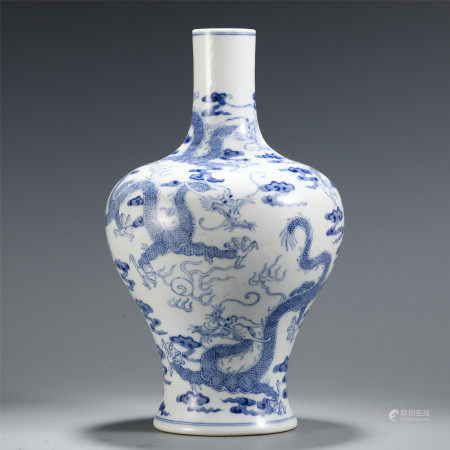 A CHINESE PORCELAIN BLUE AND WHITE DRAGON PATTERN VASE