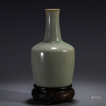 A CHINESE RU TYPE LONG NECK VASE TABLE ITEM