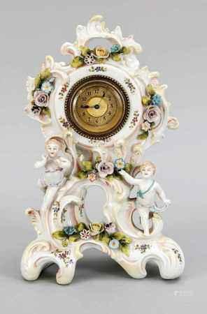 Porzellanuhr, w. Thüringen um 1930, Uhrwerk von Rocaillen getragen, poychrom bemalt, vonPutten