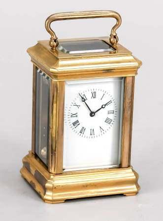 Kleine Reiseuhr, 20. Jh., vergoldetes Messinggehäuse 4-seitig facettiert verglast, röm.Emaille-