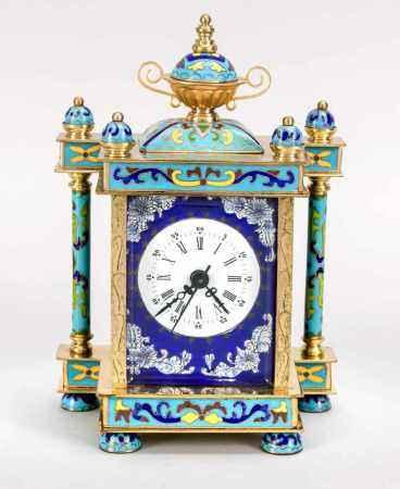 Cloisonné-Uhr mit weißem Emaillezifferblatt mit röm. Ziffern, auf blauemEmaillehintergrund,