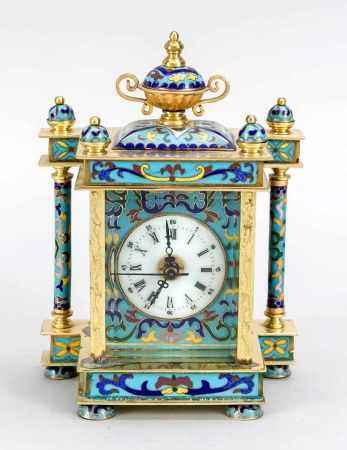Cloisonné-Uhr mit weißem Emaillezifferblatt mit röm. Ziffern, auf polychromenEmaillehintergrund,