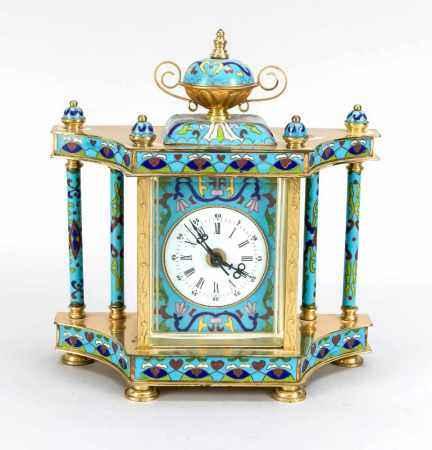 Cloisonné-Uhr mit weißem Emaillezifferblatt auf blauem Emaillehintergrund, facettiertesGlas, an