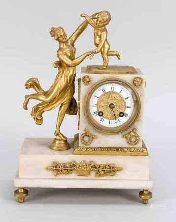 Kleine Marmor-Pendule um 1900, reich verziert mit vergoldeten Bronzen, Junge Frau mitPutto spielend,