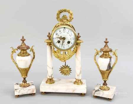 Marmor-Pendulengarnitur, 3-tlg, Frankreich 2. H. 19. Jh., Uhrwerk auf zwei Säulen mitvergoldeten