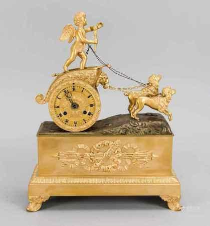 Empire-Pendule, Frankreich 1. H. 19. Jh., Fackel- und Rankendekor am Uhrengehäuse undSockel,