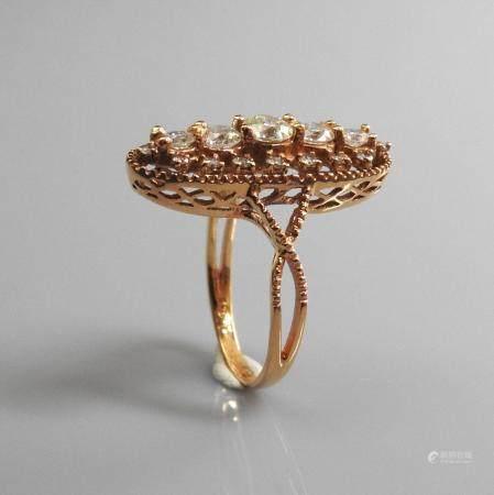 Jolie bague de forme oblonque en or rose , 750 MM, recouverte de diamants de différente taille,