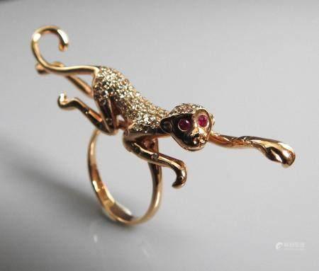 Bague dessinant un singe s'allongeant sur trois doigts en or rose, 750 MM, recouvert de diamant