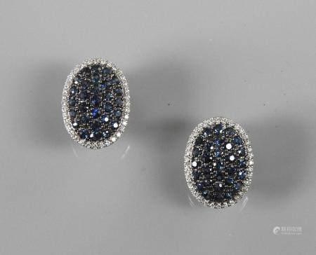 Boucles d'oreilles dessinant un cabochon ovale d'or gris, 750 MM, recouvert de saphirs ovales,