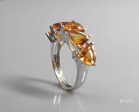 Bague en or gris, 750 MM, ornée de cinq jolies citrines triangulaires intercalées de diamants,