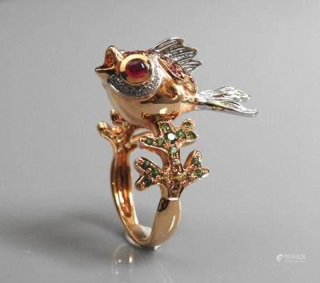 Jolie bague dessinant un poisson bouche ouverte en or jaune, 750 MM, yeux en rubis, corps parti