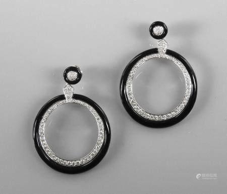 Très beaux pendants d'oreilles en or gris, 750 MM, orné chacun d'un motif rond pavé de diamants