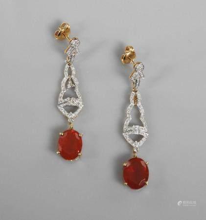 Pendants d'oreilles deux ors, 750 MM, dessinant chacun des motifs successifs ornés de diamants,