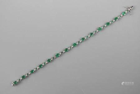 Ravissant bracelet ligne en or gris, 750 MM, souligné de d'émeraudes ovales intercalées d'émera