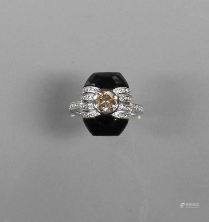 """Bague en or gris, 750 MM, ornée d'un onyx en """" rond de bosse """" centré d'un diamant taille brill"""