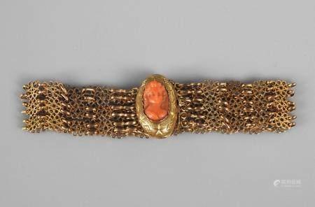 Bracelet formé de chaînes à décor de flettes d'or jaune, 750 MM, liées par un camée en corai