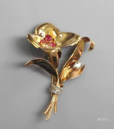 Très belle broche dessinant une fl d'or jaune 750MM et , platine 900 MM, ornée de trois diam