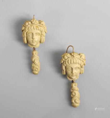 Rares pendants d'oreilles, longue attache d' or jaune 575MM , 375 MM, formé chacun d'une tête d