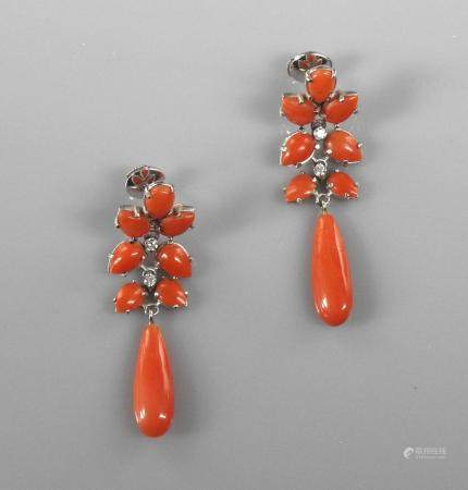 Jolis pendants d'oreilles en or gris, formés de motifs recouverts de corail Sarde enrichi de di