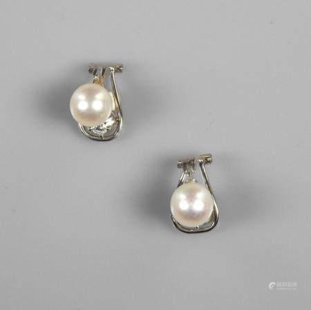 Clips d'oreilles en or gris, 750 MM, orné chacun d'un brillant au dessus d'un perle de culture