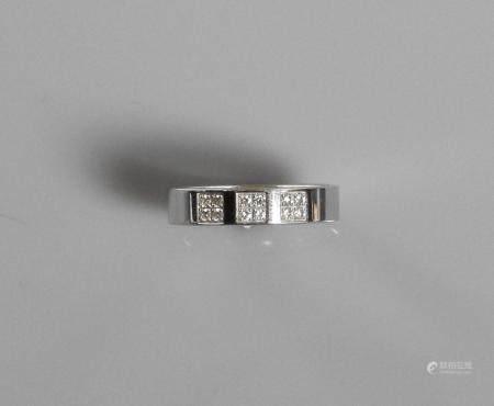 Bague anneau en or gris, 750 MM, centrée de trois pavages de quatre brillants chacun, larg 4