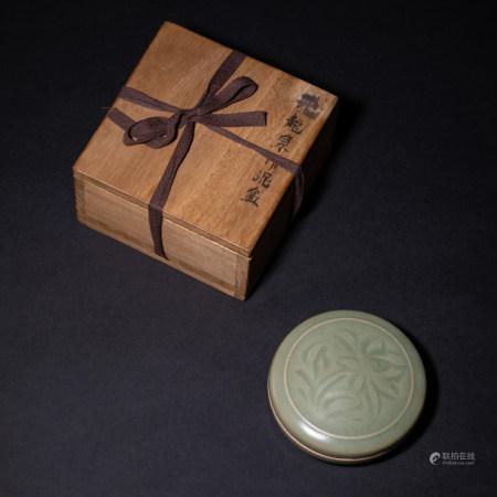 龙泉花卉纹印泥盒