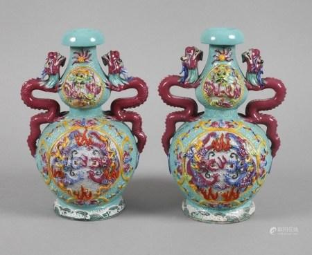 Paar DoppelkürbisvasenChina, Republikzeit, am Boden Sechs-Zeichen-Qianlong-Marke, farbenfroh