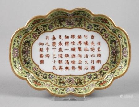 Zierteller Chinaam Boden mit Sechs-Zeichen-Marke, Porzellan in polychromer Emailbemalung mit