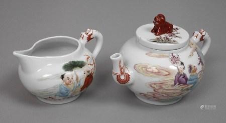 Tee- und MilchkännchenAnfang 20. Jh., am Boden gepinselte Qianlong yuzhi-Marke, weiß glasiertes