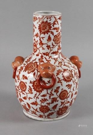 Vase Chinaum 1920, am Boden mit Vier-Zeichen-Marke, Porzellan in korallfarbener Aufglasurbemalung,