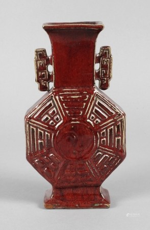 Vase Chinaum 1900, ungemarkt, bräunlicher Scherben in ochsenblutfarbener Laufglasur, flacher