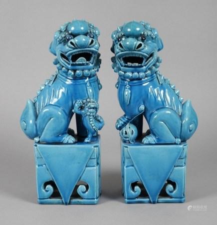 Paar Wächterlöwen20. Jh., ungemarkt, Terrakotta in türkisfarbener Glasur, auf durchbrochen