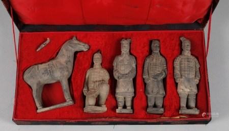Fünf Tonfiguren im Etui2. Hälfte 20. Jh., ungemarkt, miniaturhafte Versionen von Kriegern und