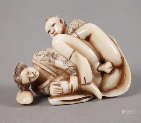 Netsuke ErotikaJapan, um 1900, signiert, Elfenbein beschnitzt, graviert und teils geschwärzt,