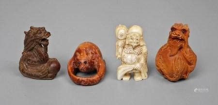 Vier Netsuken20. Jh., teils signiert, Elfenbein, Holz und Masse, teils beschnitzt und graviert, zwei