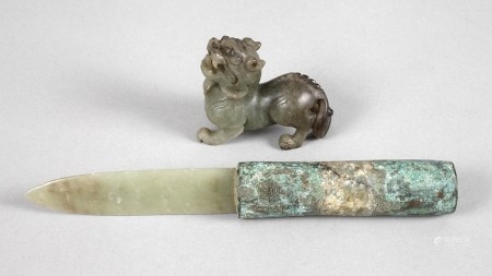 Zwei Jadeschnitzereien19./20. Jh., plastisch gearbeiteter Pixiu als Glücksbringer sowie ein