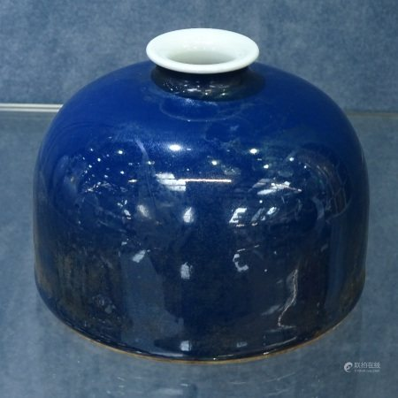 A Chinese blue glazed pot with 6 character mark, height 8cm