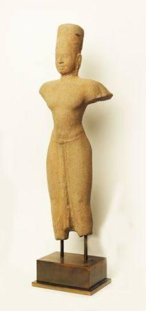 Vishnu En Grès beige Art Khmer du VIIIème siècle (Restauration au cou) Haut : 57 cm