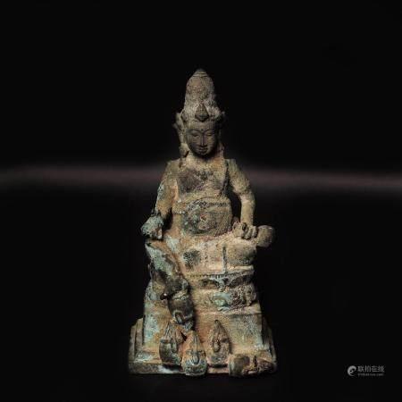 Bouddha sur son trône.  Bronze à patine verte de fouille. Résiduel de noyau.  Java XVIIIe siècl