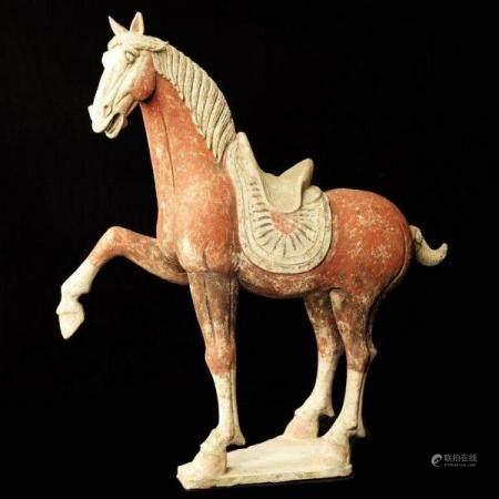 """Important cheval levant la jambe droite dit """"Prancing Horse"""" avec selle travaillée de motifs po"""