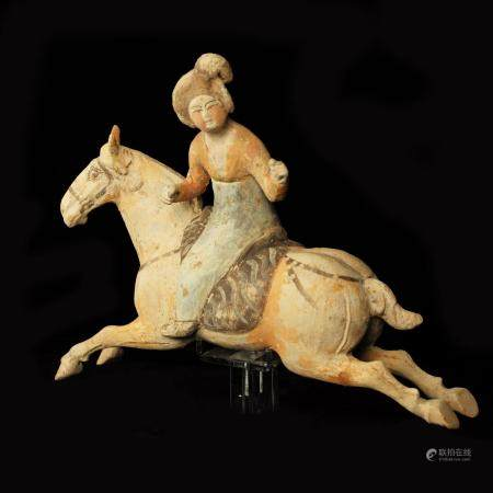 Joueuse de Polo chevauchant sa monture figurée en saut Terre cuite ocre à engobe et traces de p
