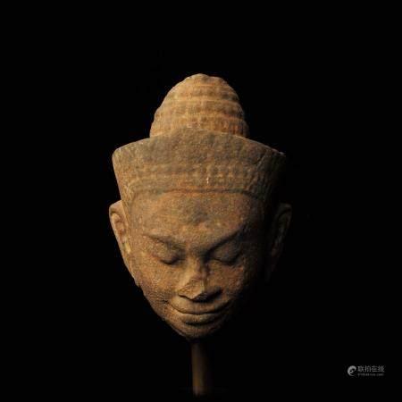 Tête de Vishnu coiffée de la tiare conique sertie d'un diadème ouvragé. Pierre grès beige à pat