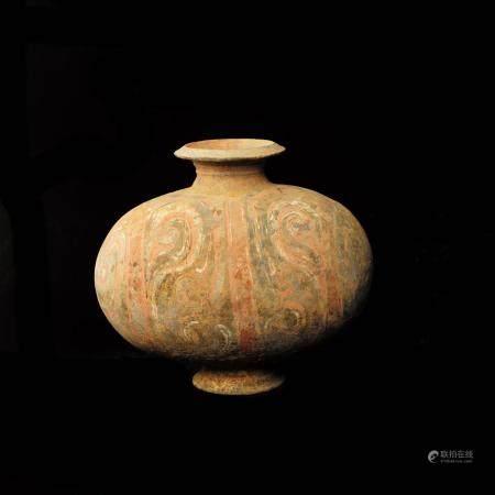 Vase cocon  en terre cuite grise et traces de motifs polychromes sur la panse. Chine, dynastie