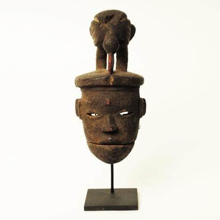 Masque à mâchoire articulée surmonté d'un oiseau Patine croûteuse Nigeria, ethnie ogoni H 35 cm