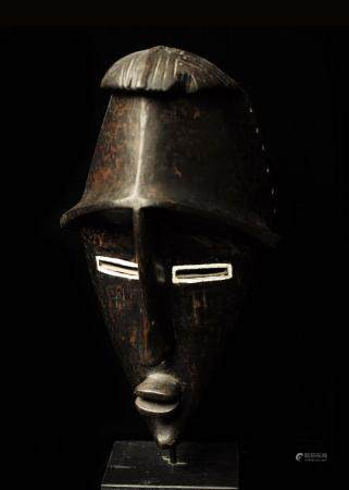 Masque Lwalwa Bois à patine noire brillante République Démocratique du Congo Ancienne collectio