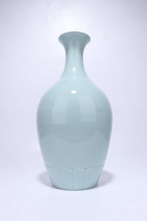 A Chinese Celadon Glazed Porcelain Vase,Qing Dynasty