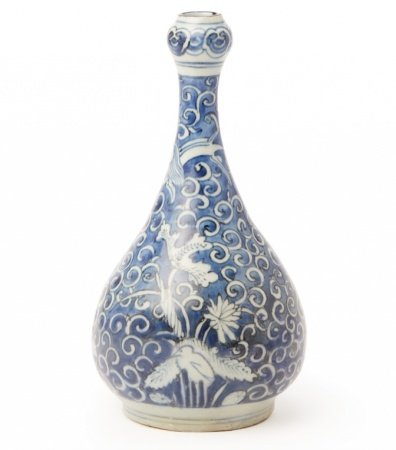 A BLUE AND WHITE GARLIC MOUTH BOTTLE VASE