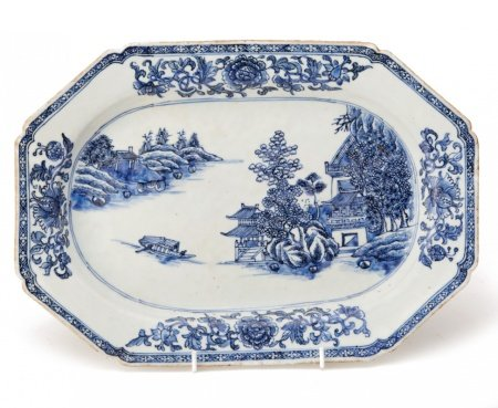 A BLUE AND WHITE EXPORT PORCELAIN OCTAGONAL DISH